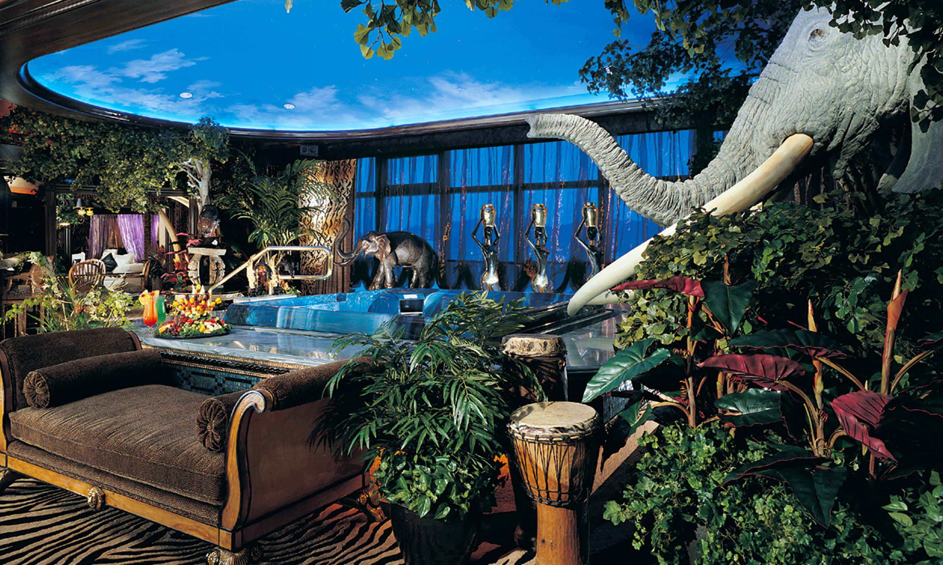 Peppermill tower safari adventure super suite peppermill for Living room jungle gym